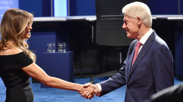 Los cónyuges de los candidatos, Melania Trump y Bill Clinton, se saludaron antes del debate. GETTY IMAGES
