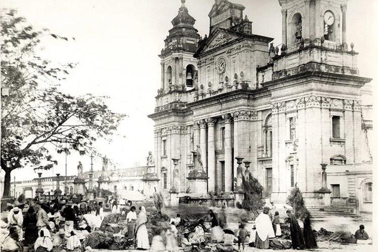 Mercado navideño frente a la Catedral, en 1910.