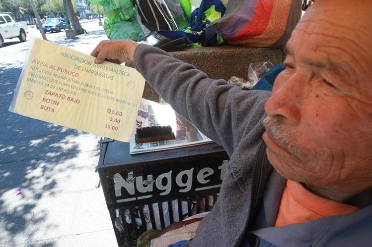 Bernabé Canté, presidente de la Asociación Guatemalteca de Limpiabotas, muestra el tarifario. (Foto Prensa Libre: Estuardo Paredes).