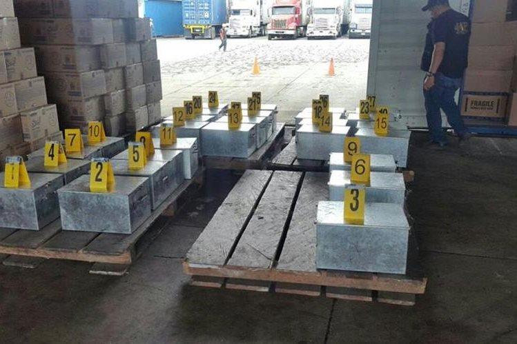 Cajas de metal donde eran transportados los paquetes con la droga. (Foto Prensa Libre: Cortesía).