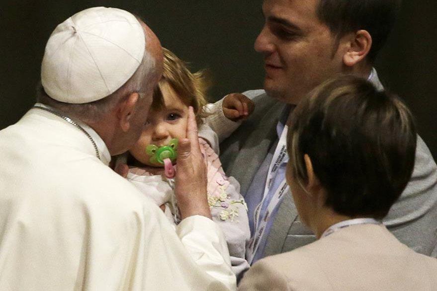 El Papa besa a una niña en la catedral de Santa Maria del Fiore, durante su visita en Florencia. (Foto Prensa Libre: AP).