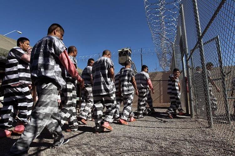 """Indocumentados presos en  la """"Ciudad de las Carpas"""" , una cárcel donde cumplen sus condenas al aire libre y soportan las extremas temperaturas del desierto de Arizona.(AFP)."""