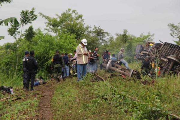 """<p>Descarrilamiento del tren de carga conocido como """"La Bestia"""". (Foto Prensa Libre: EFE)</p>"""