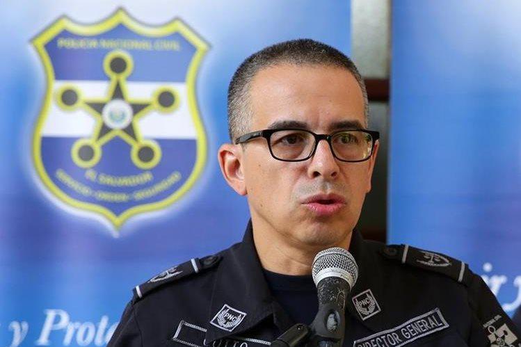 El director de la Policía Nacional Civil (PNC), Howard Cotto, durante una conferencia de prensa en San Salvador. (Foto Prensa Libre: EFE).