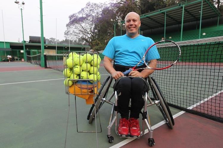 Julio Rueda es un tenista profesional en el deporte adaptado. En la actualidad se ubica en el puesto 24 del ranquin mundial. (Foto Prensa Libre: Fernando López R.)