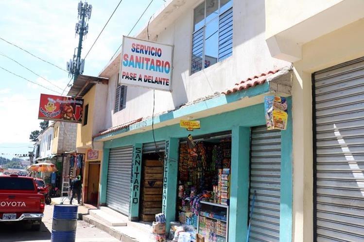 En los locales construidos a un costado del Zoológico Minerva de Quetzaltenango funcionan varios comercios. (Foto Prensa Libre: Carlos Ventura)