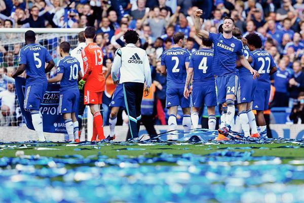 Los jugadores del Chelsea celebran tras conquistar el torneo inglés.(Foto Prensa Libre:AP)