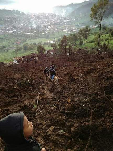 Aún hay varias personas atrapadas en el microbús. (Foto Prensa Libre: Noticias del Norte)