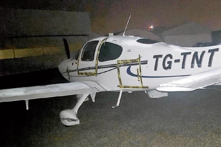 Una de las aeronaves incautadas el viernes último en los hangares del aeropuerto La Aurora. (Foto Prensa Libre: PNC)