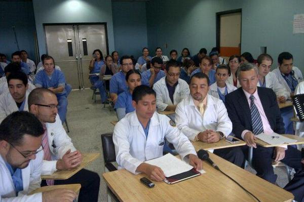 <p>Los médicos del Hospital San Juan de Dios dieron a conocer este lunes las carencias que tienen para atender las emergencias y a los pacientes. (Foto Prensa Libre: Sandra Valdez)<br></p>