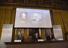 El Comité para el Nobel de Economía con una imagen de los premiados (Foto Prensa Libre: EFE)