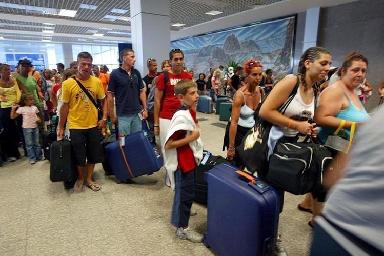 (Imagen de referencia). Miles de turistas llegan cada año al aeropuerto Sharm el Sheij de Egipto. Unos 20 mil británicos permanecen en ese lugar hoy en día. (Foto Prensa Libre: EFE).