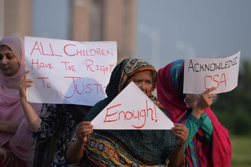 Activistas de derechos paquistaníes portan pancartas en rechazo a los abusos sexuales infantiles. (Foto Prensa Libre: AFP).
