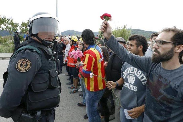 Tensión se apodera de las calles de Cataluña tras referendo. (Foto Prensa Libre: EFE)
