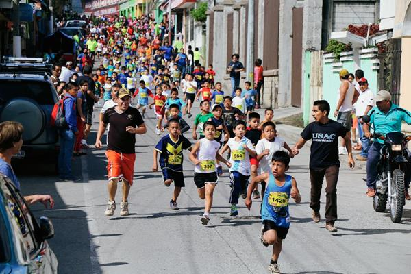 Niños y jóvenes llenaron de alegría la calles de Cobán en la Carrera Cobancito. (Foto Prensa Libre: Eduardo Sam Chun)
