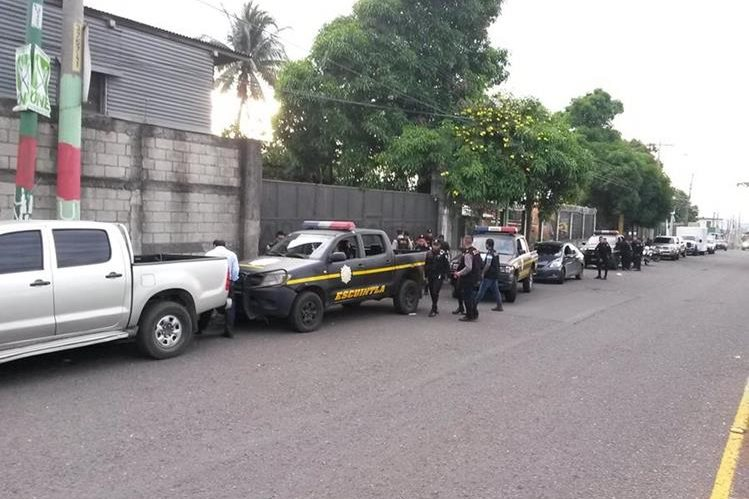 Fuerzas de seguridad rodean un predio en el km 60 de la ruta al Pacífico, en la cabecera de Escuintla, para allanarlo. (Foto Prensa Libre)