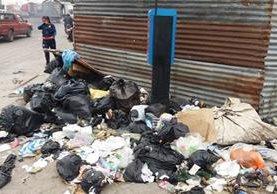 Bolsas de basura impiden el paso de peatones en varias calles de Xela. (Foto Prensa Libre: María José Longo)