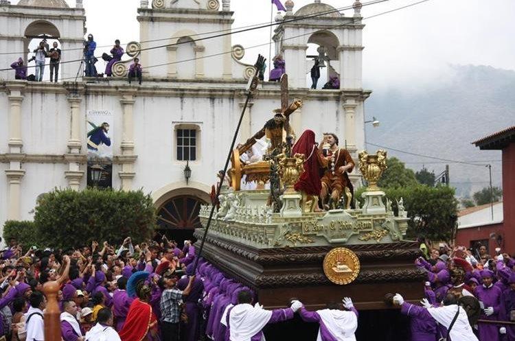 Jesús Nazarenos de la Caída, de la aldea San Bartolomé Becerra, Antigua Guatemala, es el cortejo procesional que cuenta con mayor feligresía en Antigua Guatemala. (Foto Prensa Libre: Hemeroteca PL).