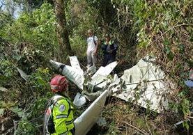 Socorristas ubican cadáver de joven que se accidentó en una avioneta el miércoles último en el Volcán de Agua. (Foto Prensa Libre: Bomberos Municipales Departamentales)