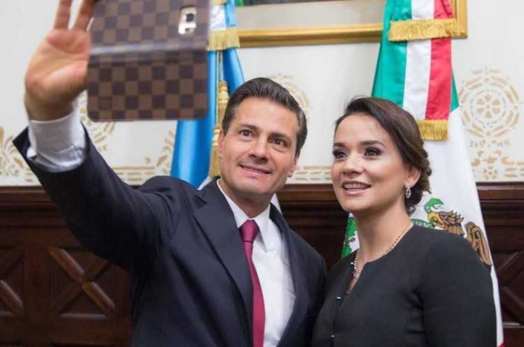 Peña Nieto se toma una selfie con la diputada Stella Alonzo. (Foto Prensa Libre:@PresidenciaMX)