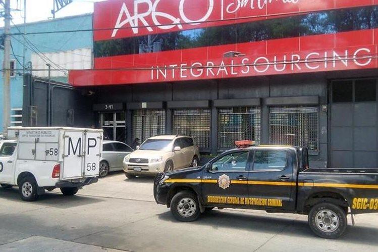 Allanan oficinas de Arqco, S.A. en la 5a. avenida y 3a. calle de la zona 9, por pesquisas por corrupción. (Foto Prensa Libre: Esbin García)