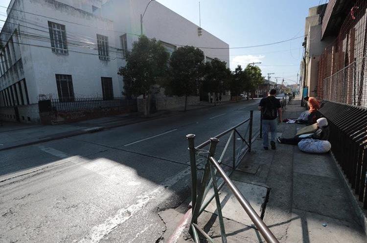 Indigentes obstruyen el paso de peatones en la 4a. avenida, entre 7a. y 8a. calles de la zona 1, donde está la Hemeroteca Nacional. (Foto Prensa Libre: Álvaro Interiano).