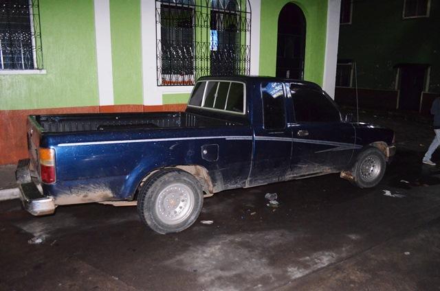 El picop con reporte de robo, donde viajaban los supuestos robacarros. (Foto Prensa Libre: Jorge Tizol)