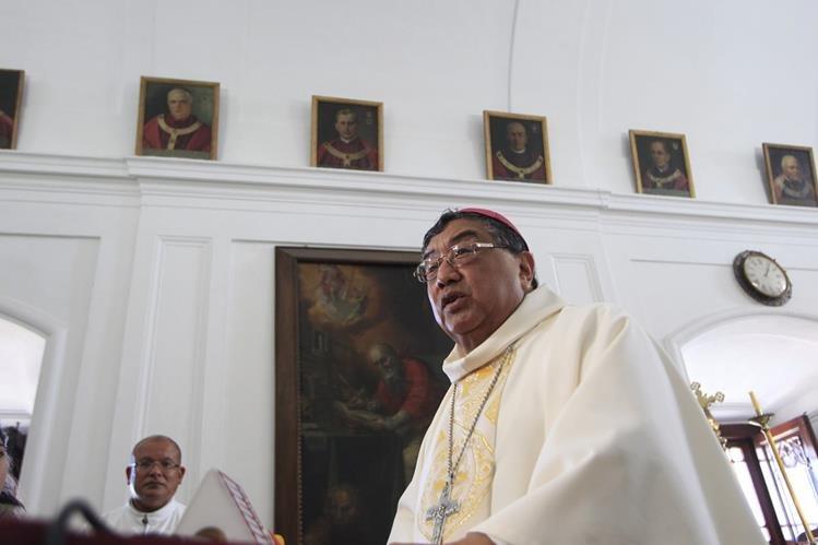 El arzobispo Óscar Vian habla con medios de comunicación después de oficiar la misa de Navidad. (Foto Prensa Libre: Edwin Bercián)