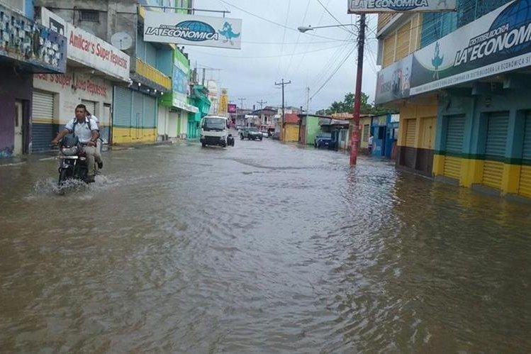 El área central de Petén amaneció inundada debido a las lluvias de las últimas horas. (Foto Prensa Libre: Rigoberto Escobar)