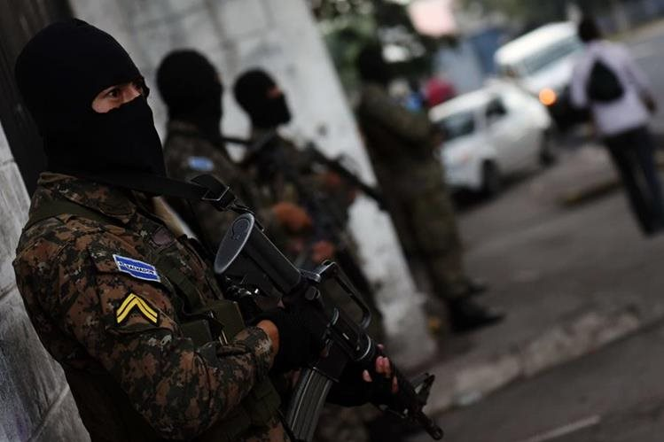 Policías vigilan una calle, tras repunte de violencia en El Salvador. (Foto Prensa Libre: AFP)