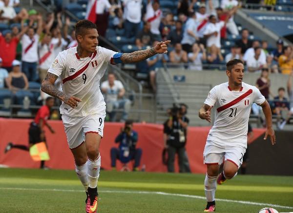 Paolo Guerrero festeja luego de anotar el único gol del encuentro y que dio la victoria a Perú. (Foto Prensa Libre: AFP)