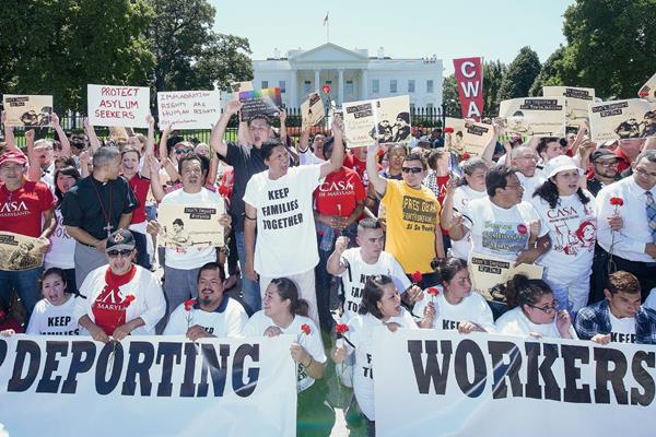 Centenares de manifestantes participan en un acto de protesta contra la política migratoria en EE.UU., (Foto Prensa LIbre:EFE).