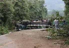 El piloto murió y dos ayudantes resultaron heridos al volcar camión en ruta a San Andrés Itzapa, Chimaltenango. (Foto Prensa Libre: Víctor Chamalé)