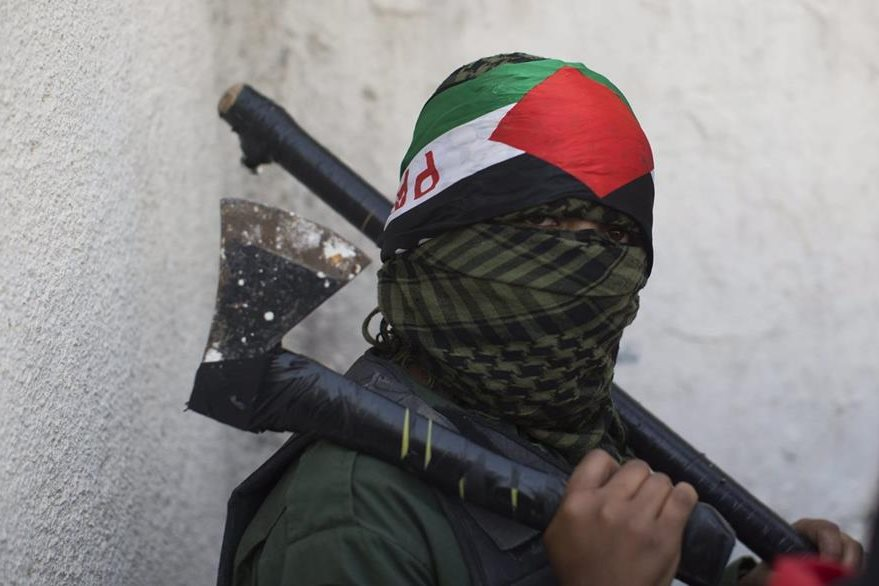 Un joven asiste al fuenral de Ahmad Sharaka, un adolescente palestino que fue abatido a balazos. (Foto Prensa Libre: EFE).
