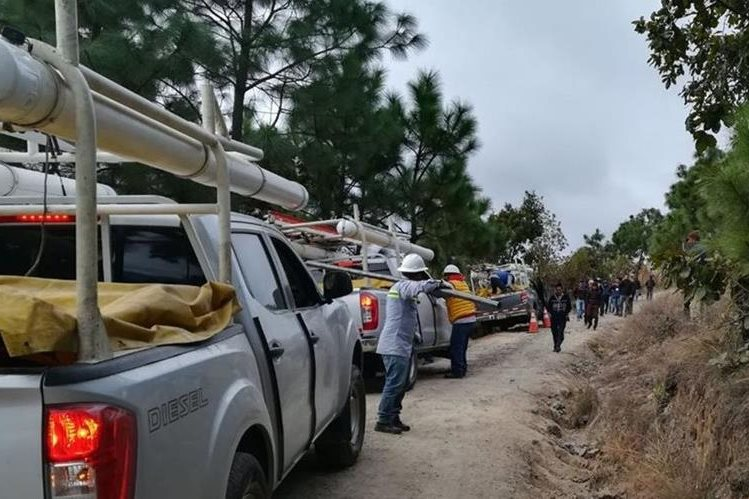 Técnicos de Energuate reconectan energía eléctrica a Patzité, Quiché. (Foto Prensa Libre: Whitmer Barrera)