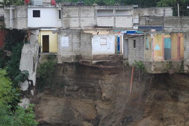 Viviendas abandonadas siguen siendo socavadas por el río Pinula, en Villa Hermosa 1, zona 7 de San Miguel Petapa. (Foto Prensa Libre: Esbin García)