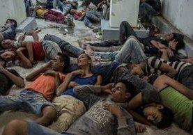 Grupo de migrantes rescatados del barco que naufragó hace tres días en el Mediterráneo. (AFP).