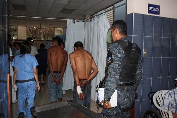 """<p>Los hombres heridos quedaron bajo custodia policial en el centro asistencial. (Foto Prensa Libre: Melvin Sandoval)<br _mce_bogus=""""1""""></p>"""