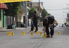 En el lugar donde supuestamente repelió el asalto, quedaron 13 casquillos. (Foto Prensa Libre: Érick Ávila)