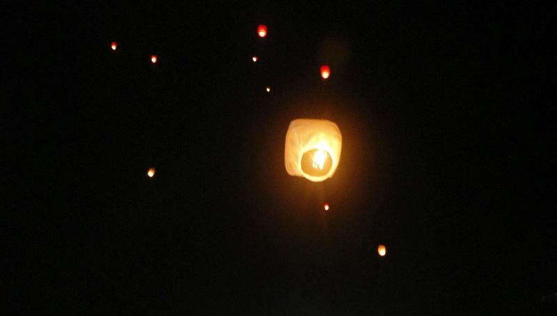 Algunos de los 500 globos que fueron elevados iluminan el cielo de la Ciudad de   Retalhuleu. (Foto Prensa Libre: Rolando Miranda)
