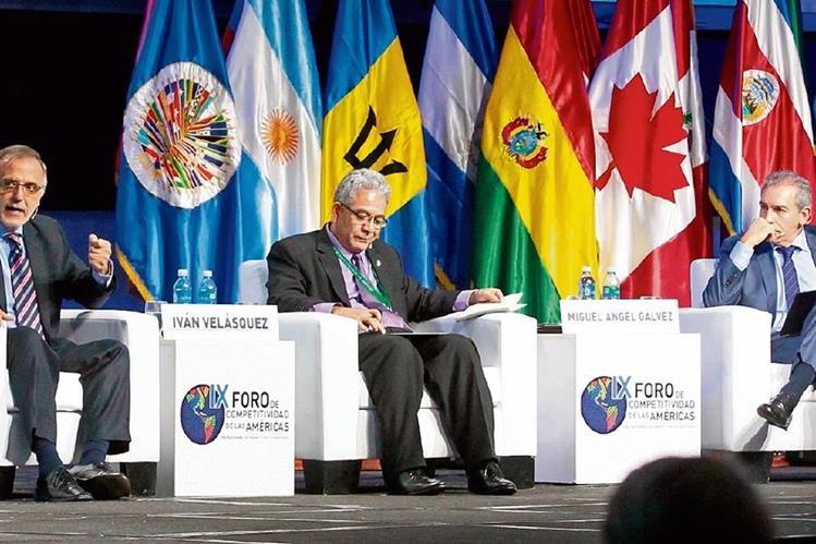 Iván Velásquez, jefe de la Cicig; Miguel Ángel Gálvez, juez del caso la Línea y Felipe Bosch, presidente de Fundesa, durante el panel. (Foto Prensa Libre: Edwin Bercián)
