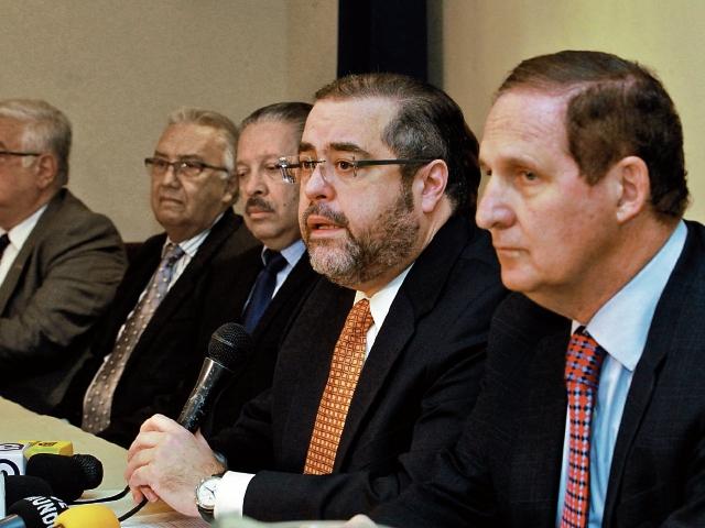 José González-Campo, al micrófono, y Marco Augusto García, presidente y vicepresidente del Cacif, cuestionaron ayer el fallo que emitió la CC.