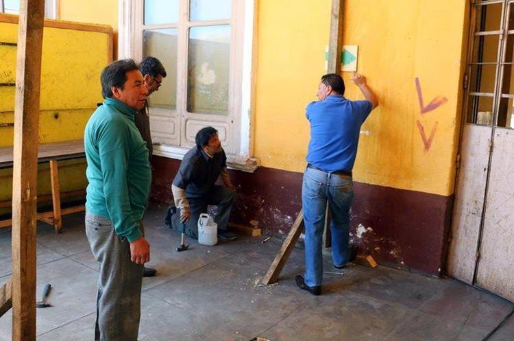Luego de que concluya la construcción de la valla, los estudiantes del Invo podrían regresar a clases. (Foto Prensa Libre: Carlos Ventura)