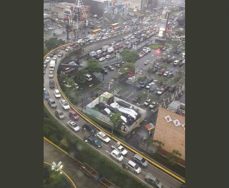 Caos vial en la calzada Roosevelt. (Foto Prensa Libre: @elbokisucio_).