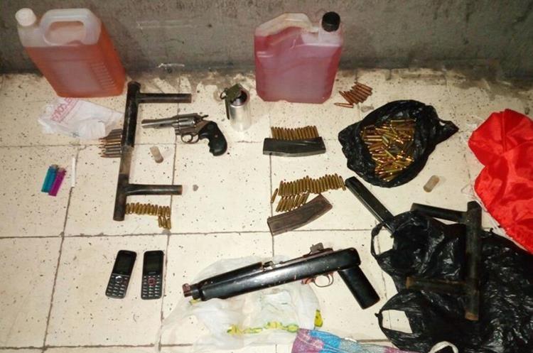 Las armas, municiones y la bomba incautada a los supuestos pandilleros. (Foto Prensa Libre: PNC)