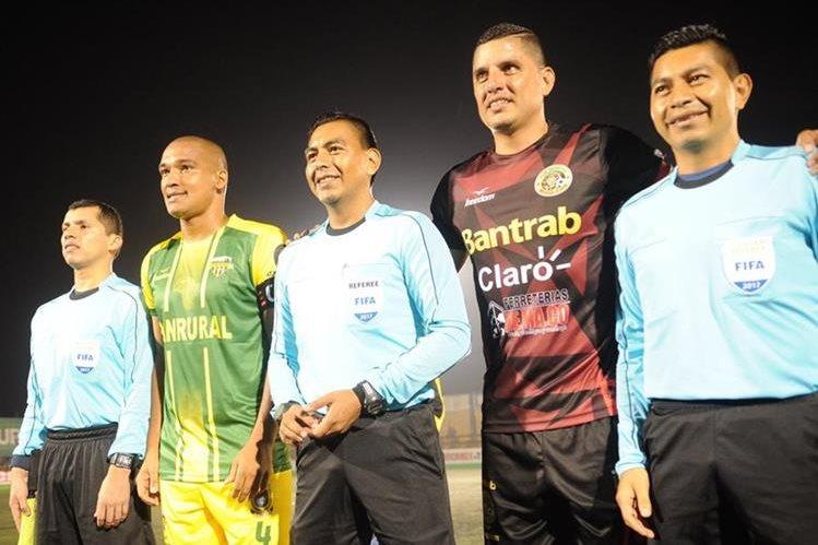 Wálter López (centro) dirigirá la semifinal de ida del Apertura 2017, que disputará Guastatoya contra Municipal, en el David Cordón Hichos. (Foto Prensa Libre: Edwin Fajardo).