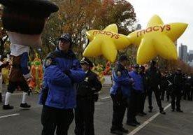 Miles participan en la 90 edición del desfile de la cadena Macy's.