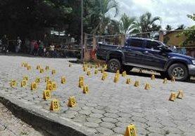 Más de 70 casquillos de proyectil para AK 47 fueron localizados en el lugar de crimen contra Henry Josué Hernández Ardón, en Los Amates, Izabal. (Foto Prensa Libre:)