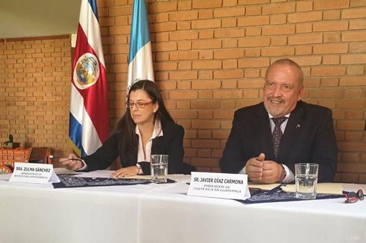 Zulma Sánchez, directora de Intercultura, y el embajador costarricense Javier Díaz brindan detalles de la feria.(Foto Prensa Libre: Yanira Alvizurez)
