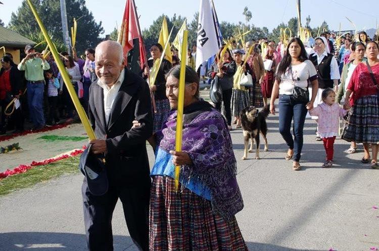Los esposos Julio Cabrera Valdizon y Adela Macz, 60 años de acompañar al procesión de ramos. Eduardo Sam